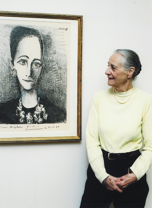 Angela Rosengart with one of her portraits by Picasso (1964). © The Rosengart Collection Museum, Lucerne